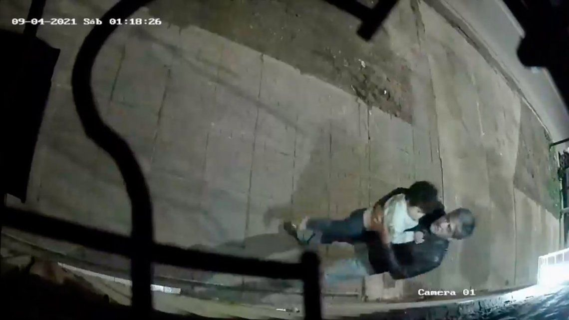Una cámara de seguridad de un supermercado de la zona registró el ataque sexual.