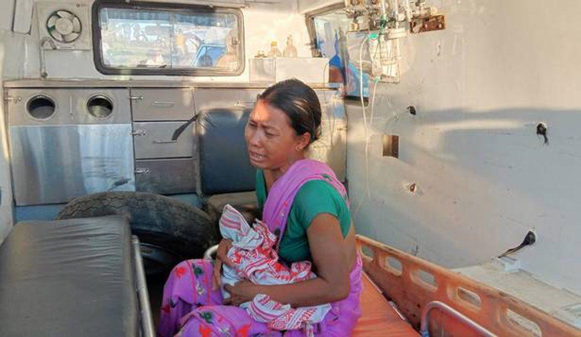 La mujer fue rescatada con su bebé.