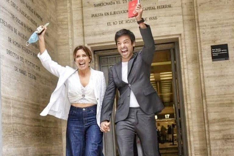 El Chino Leunis y su flamante esposa saliendo del registro civil