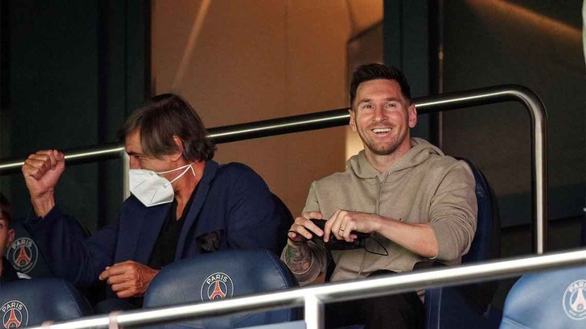 Messi disfrutó la victoria del PSG tomando mates en el palco.
