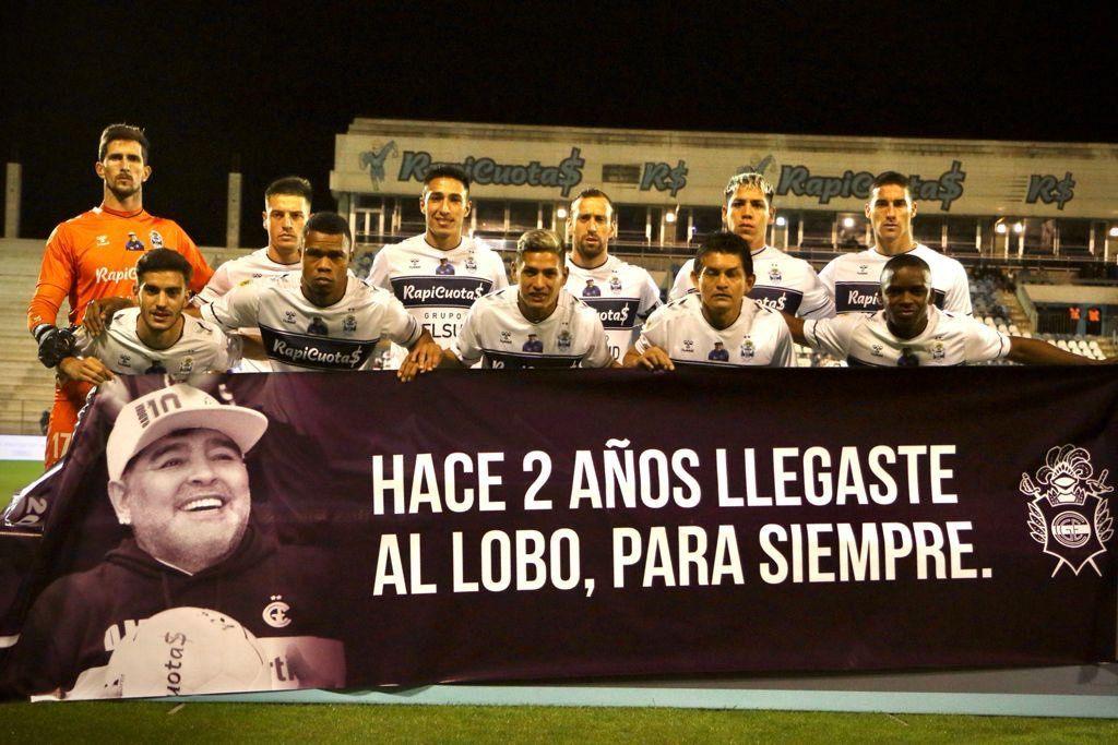 El homenaje de Gimnasia a Maradona, a dos años de su llegada como DT
