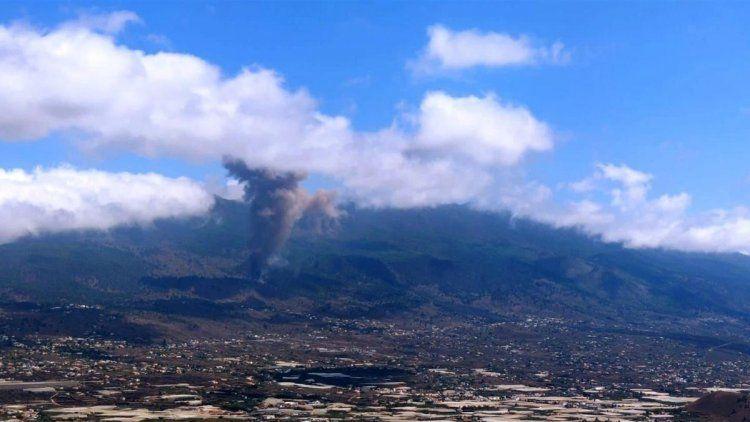 Enormes columnas de humo blanco y negro emergían desde un punto en la cresta del volcán Cumbre Vieja, en España.