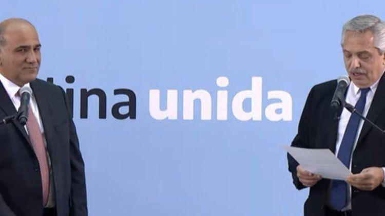 El presidente le toma juramento al jefe de Gabinete, Juan Manzur.