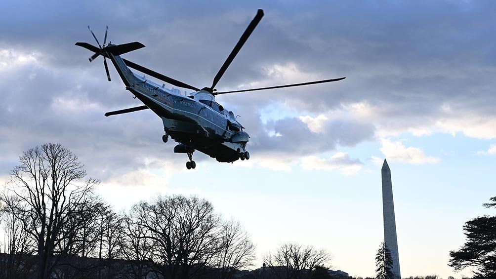 El Marine One remonta vuelo con Donald Trump a bordo.