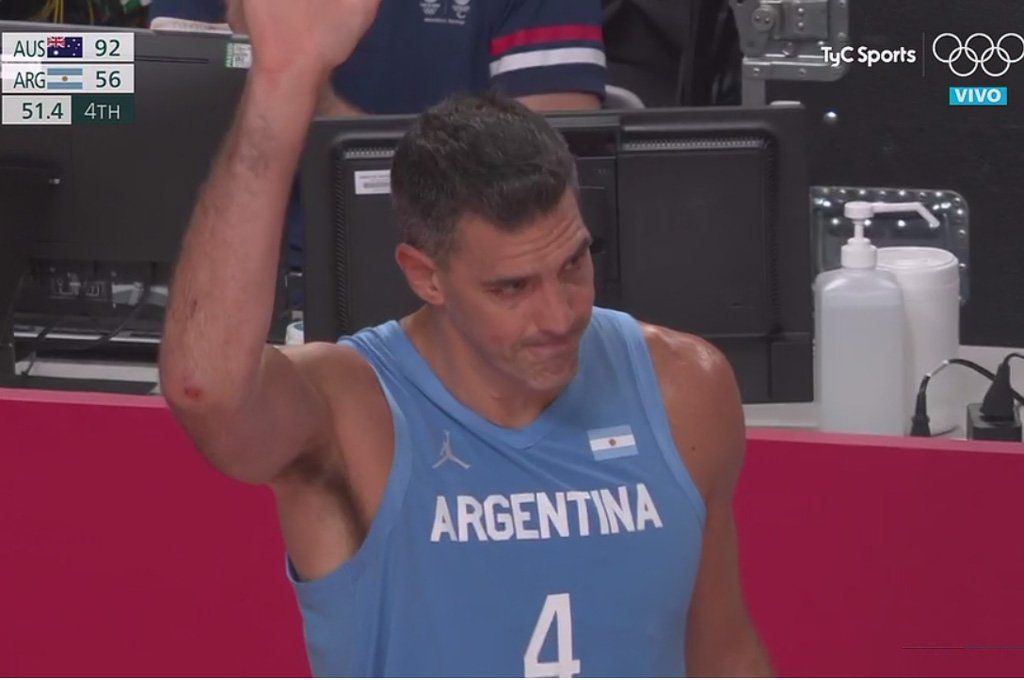 La emoción de Luis Scola ante el aplauso del estadio.