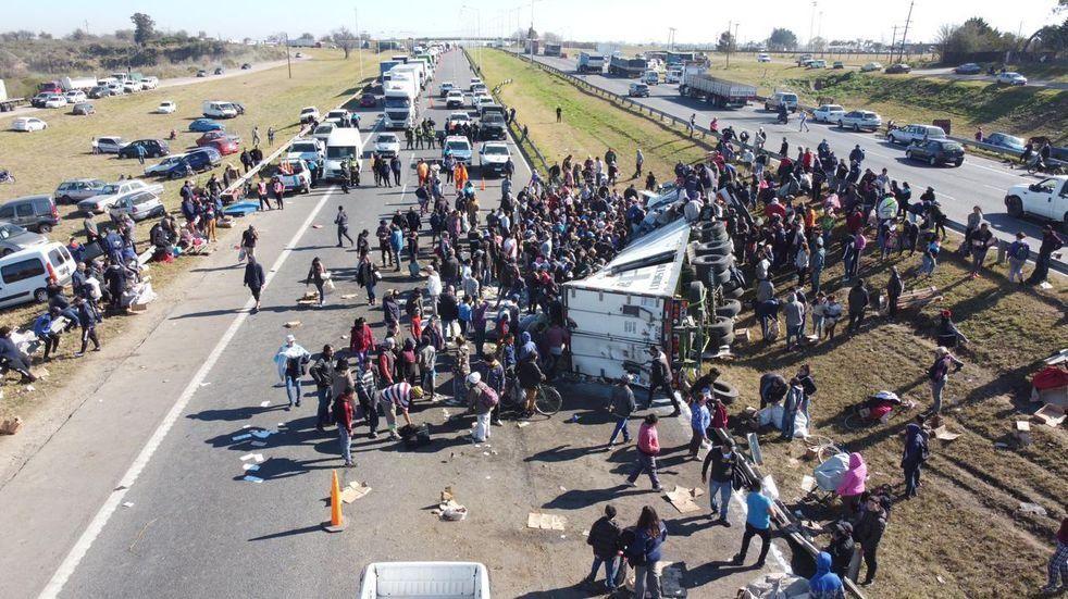 La presencia policial no amedrentó a quienes llegaron para llevarse la carga.