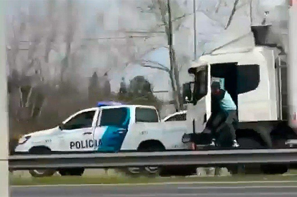 Robó un camión con PlayStation y al ser rodeado por la Policía, se tiró en movimiento