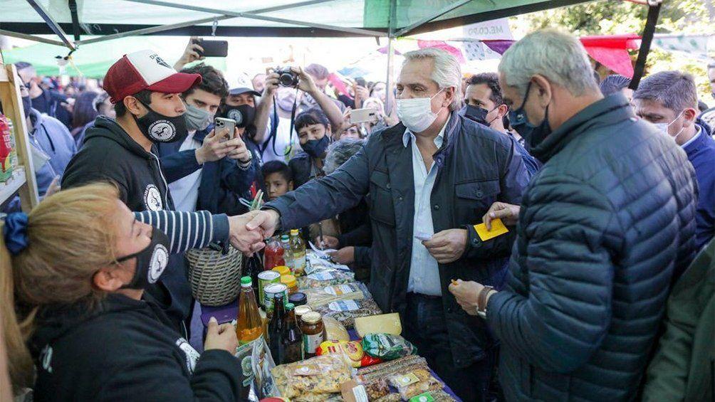 Alberto Fernández dialogó con la gente presente en la feria de Dock Sud