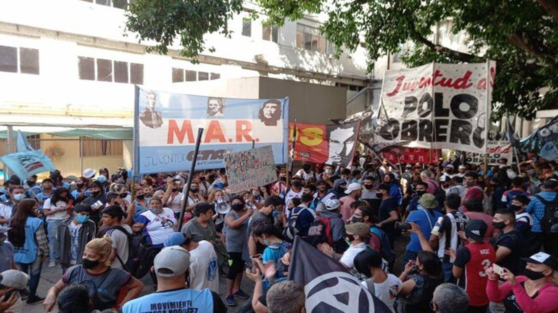 Manifestantes en el Ministerio de Educación.