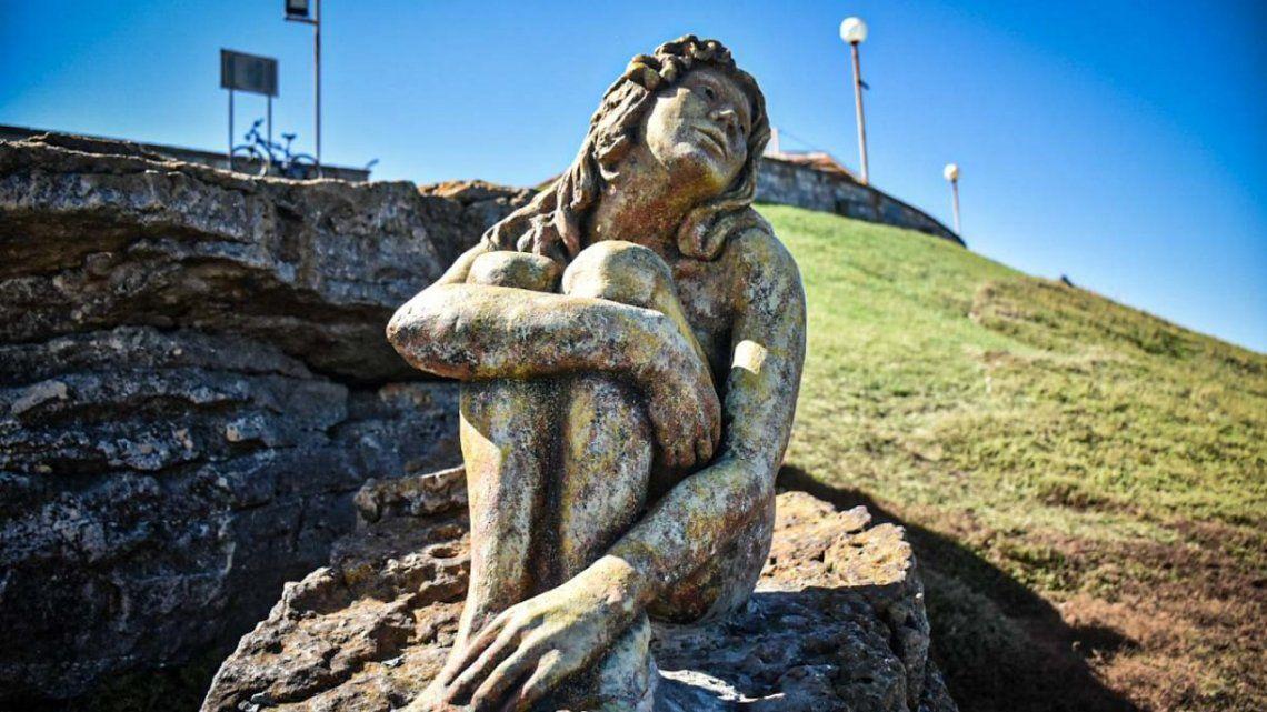 La estatua apareció el fin de semana pasado en Playa Chica, Mar del Plata, y se desconocía su autor.