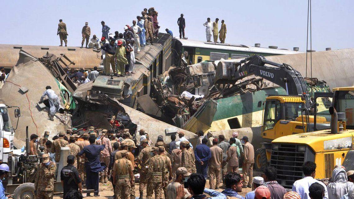 Miembros de los equipos de rescate continúan trabajando tras la colisión de las dos formaciones.