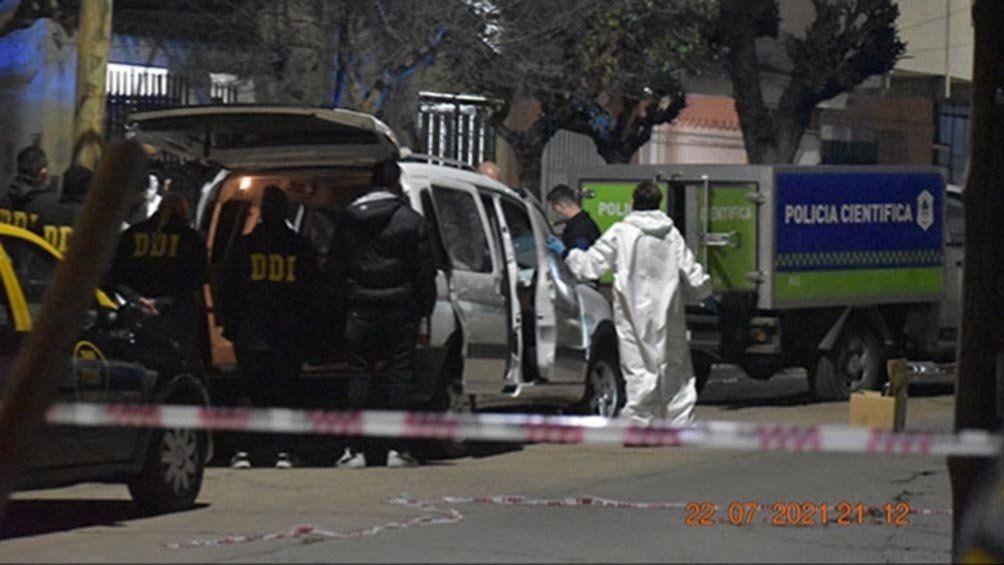 Efectivos de la policía forense peritaron la Partner donde fue encontrado el cadáver del oficial inspector Ariel Ricardo González.