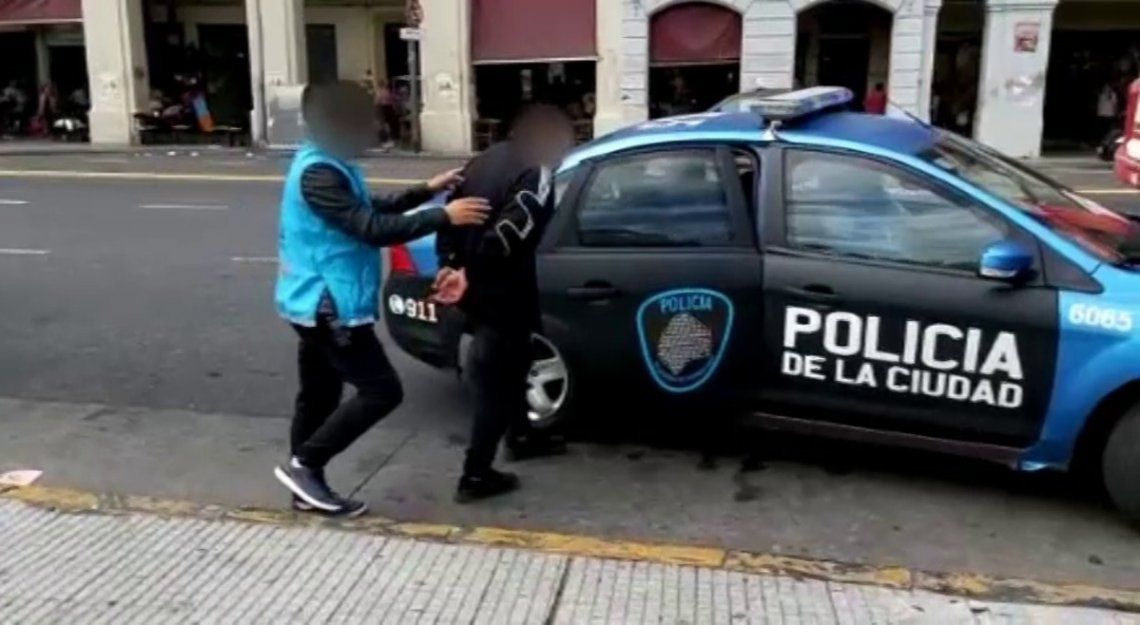 La Policía de la Ciudad detuvo a un hombre que vendía celulares robados.