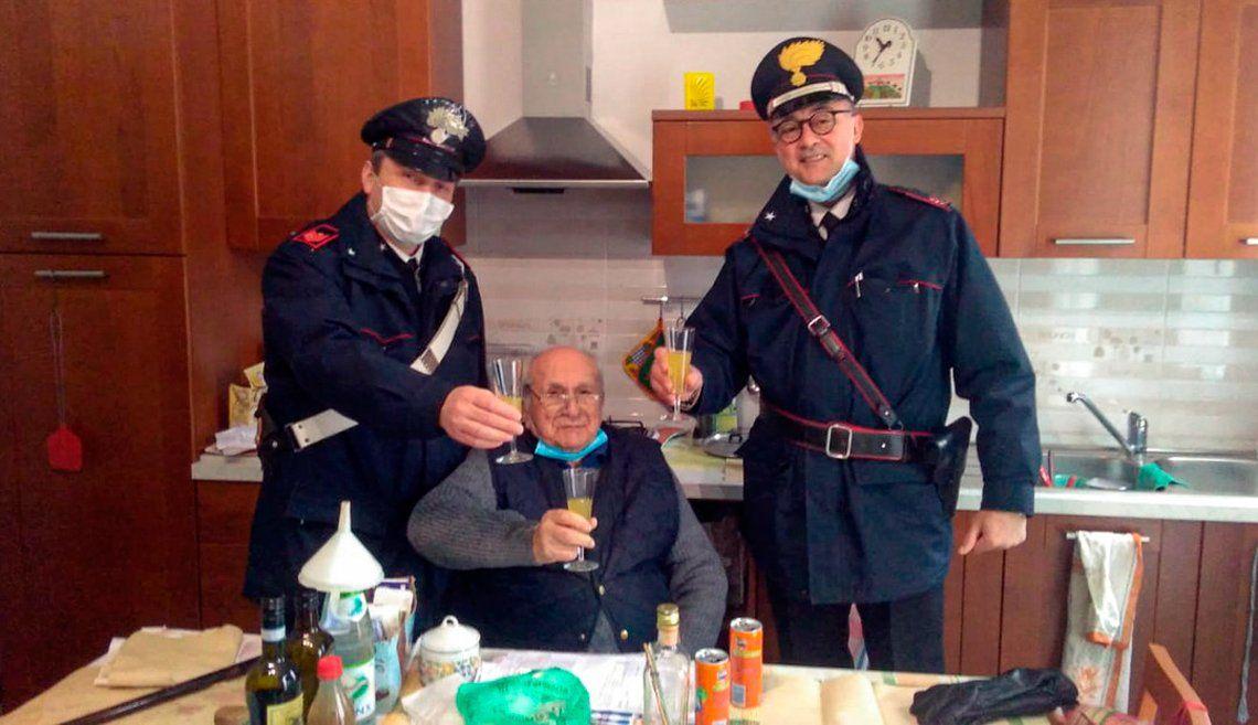Italia: un abuelo de 94 años llamó a la policía para no brindar solo en Navidad