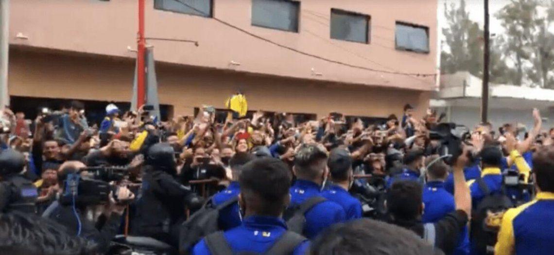 Multitudinario recibimiento al plantel de Boca.