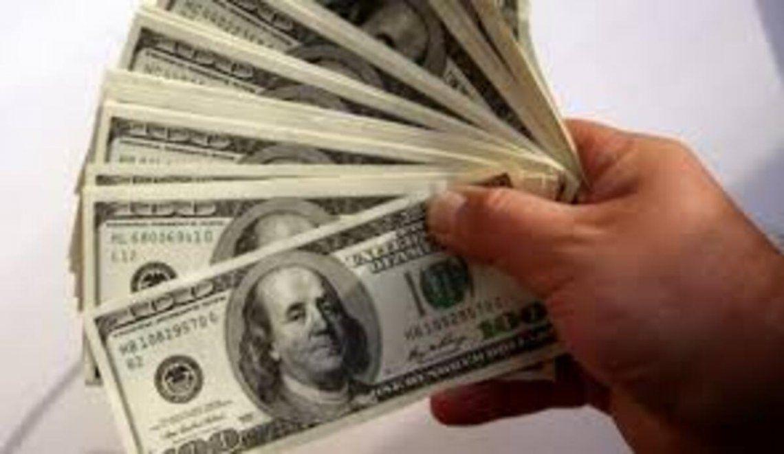 El dólar paralelo bajó tres pesos.