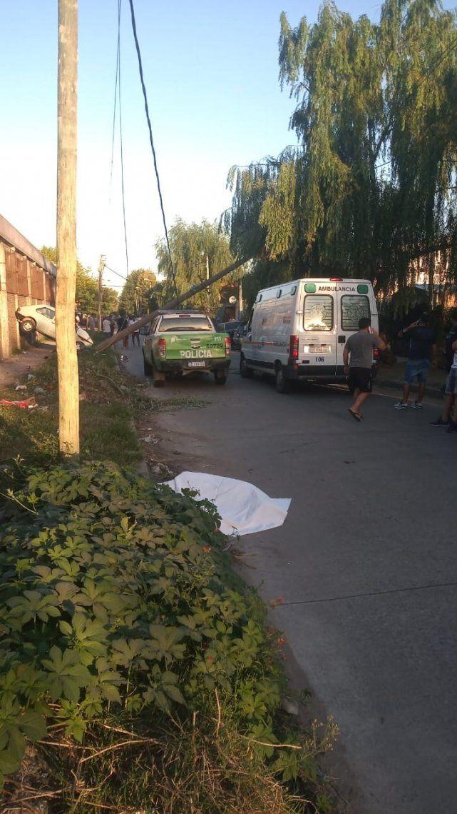 Dolor en La Matanza: el cuerpo sin vida de Elisandro Tevez Aranda yace tapado en el piso tras el impacto del vehículo.