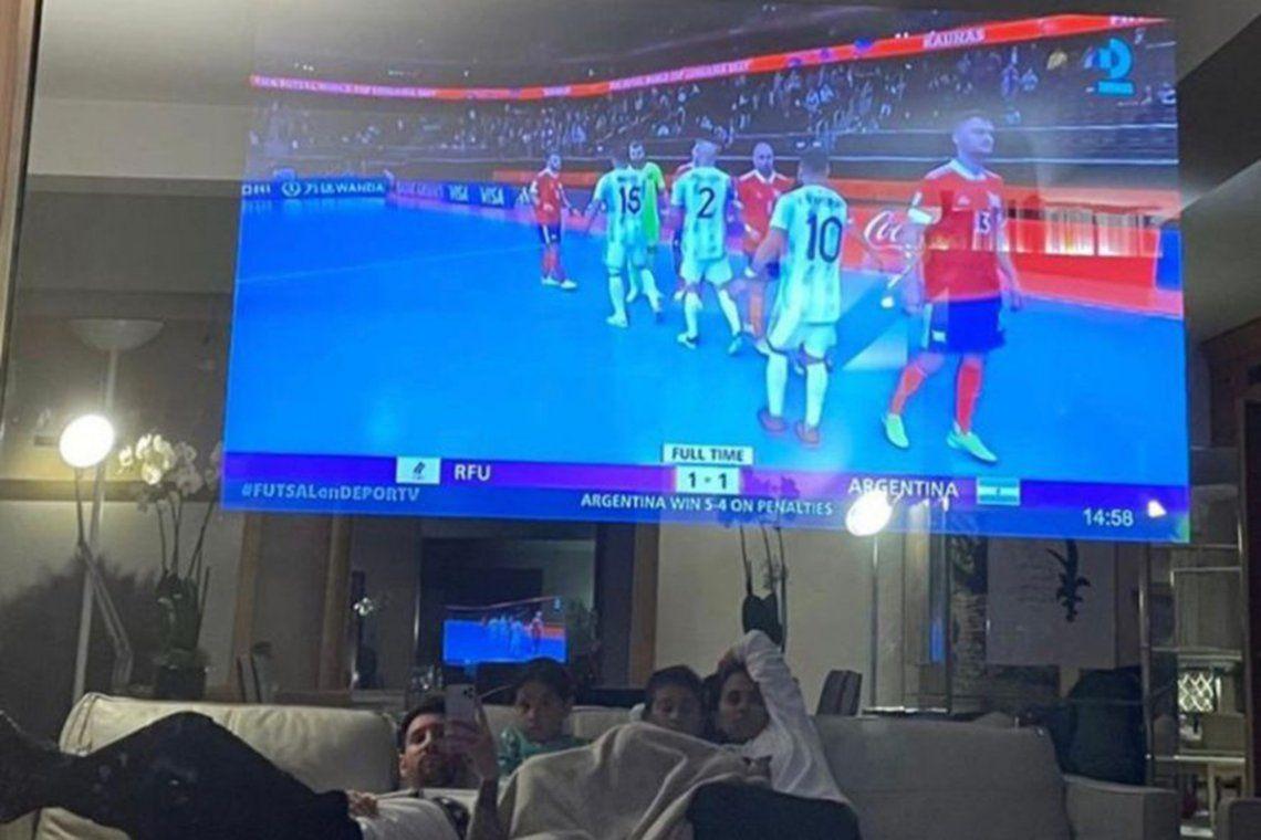 El rosarino compartió en sus redes una imagen del partido de Argentina y el aparato en que lo vio despertó gran curiosidad.