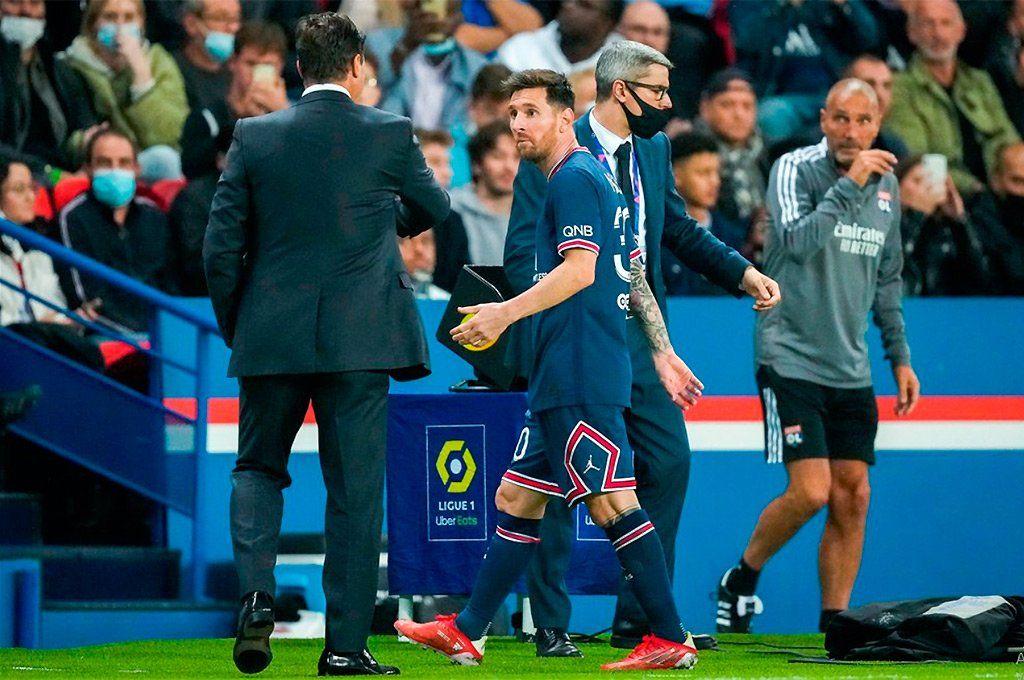 Messi mira sorprendido a Pochettino luego de que el DT decidiera sacarlo el domingo ante el OL. Archivo.