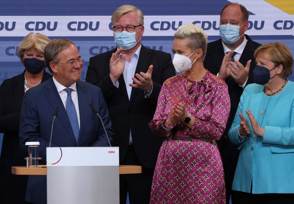 Armin Laschet sonríe en el escenario que compartió con Angela Merkel.