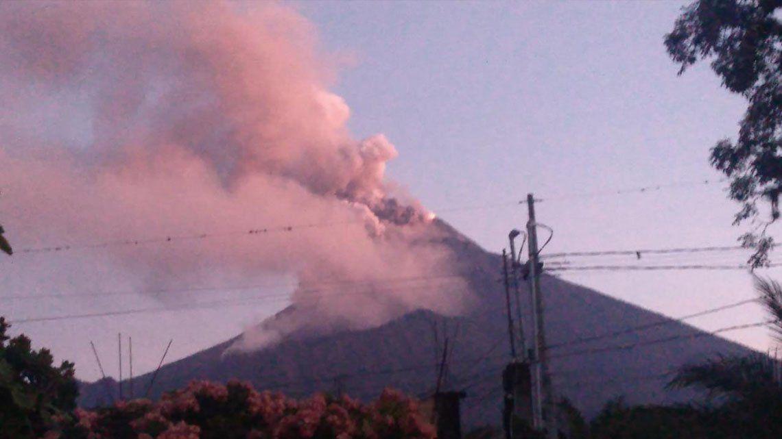 El volcán de Fuego en Guatemala entra en erupción.