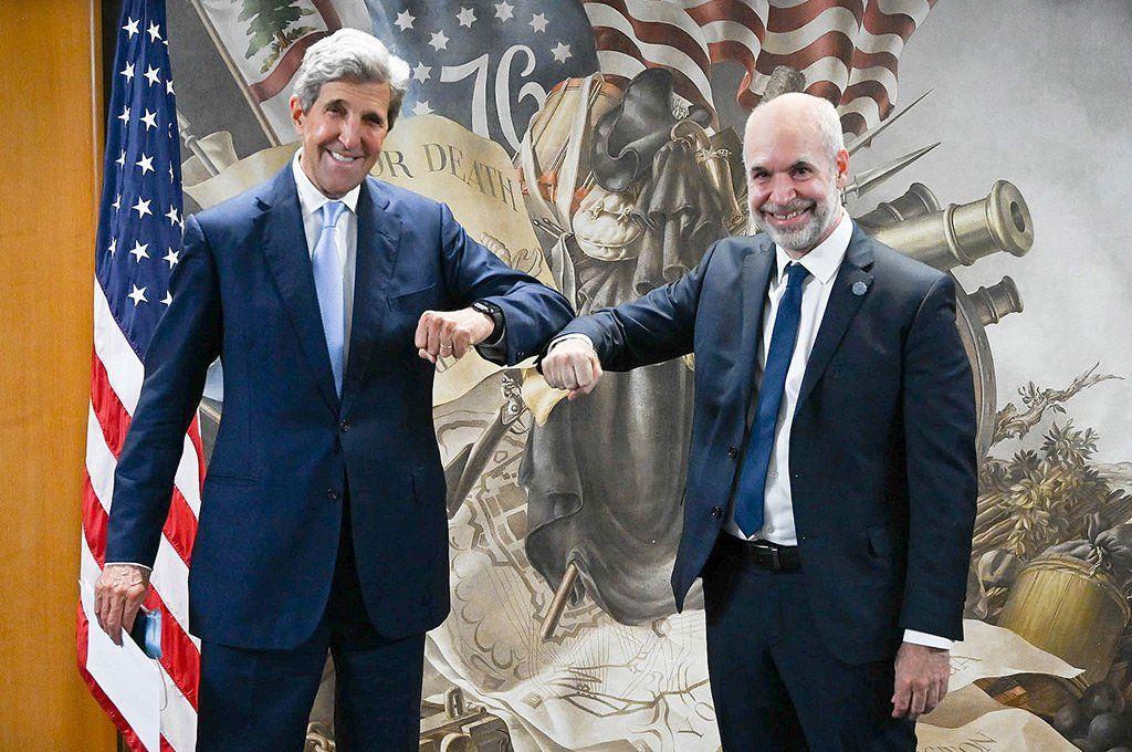 Rodríguez Larreta se saluda con John Kerry