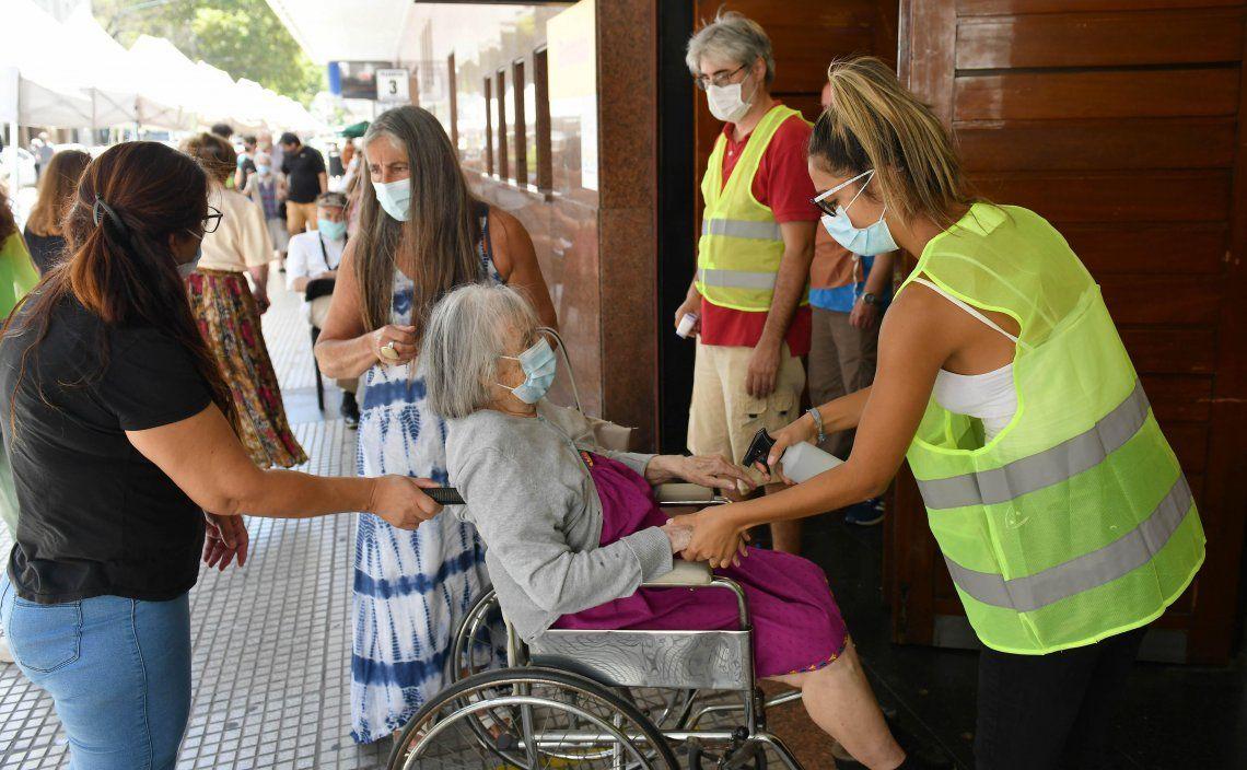 Coronavirus: la Ciudad comienza a vacunar a adultos de 75 a 79 años