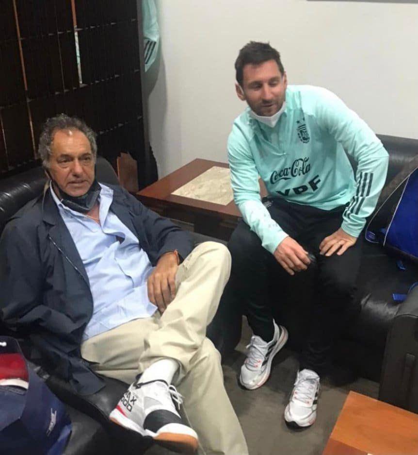 Daniel Scioli, clave en el regreso de la Selección Argentina desde Brasil