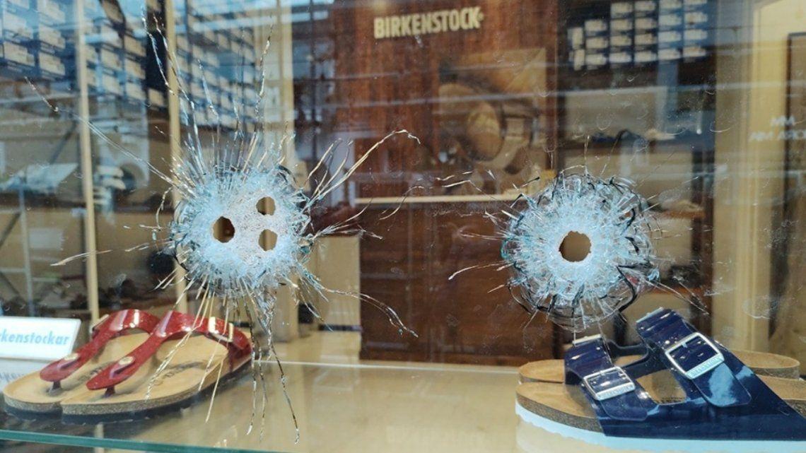 La vidriera del comercio asaltado presentaba cuatro impactos de bala efectuados desde la vereda.
