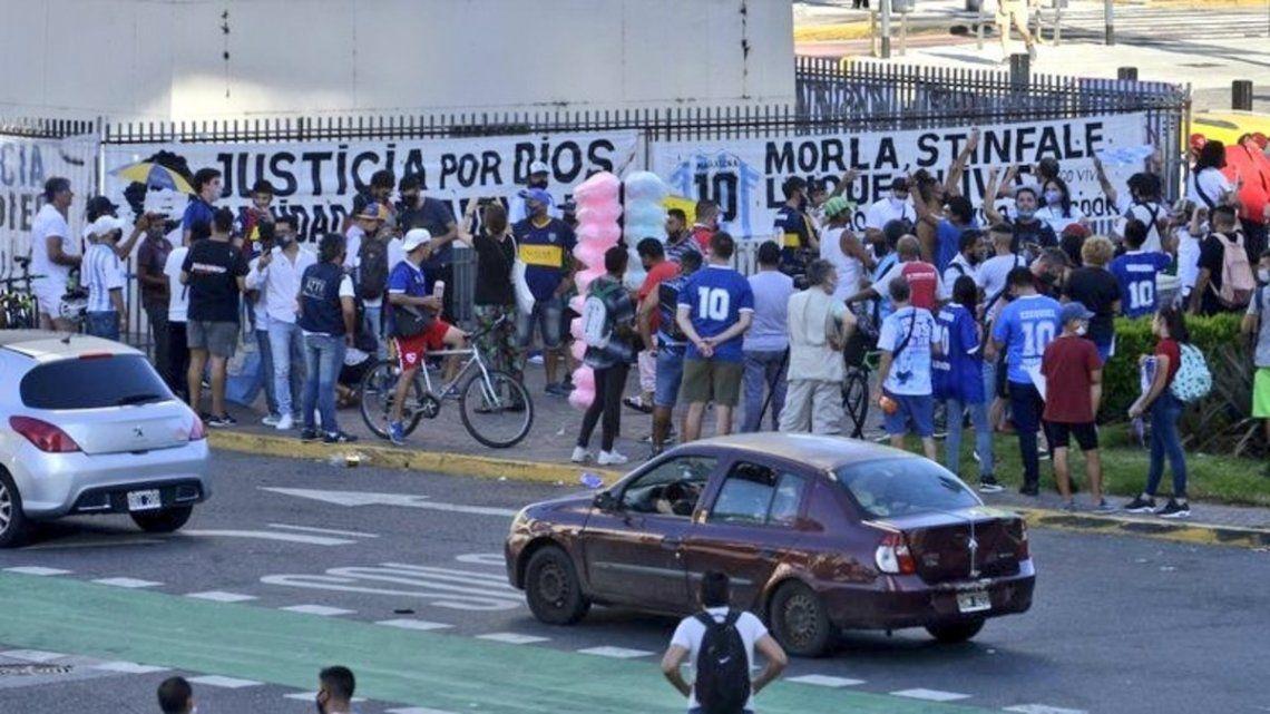Carteles contra Morla y Stinfale en la Marcha por Maradona.