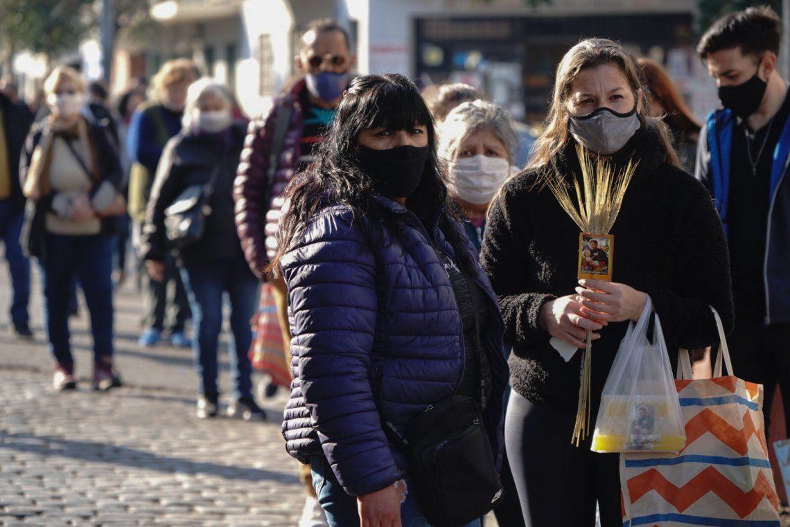 Miles de fieles se acercan a Liniers para pedir salud y trabajo a San Cayetano
