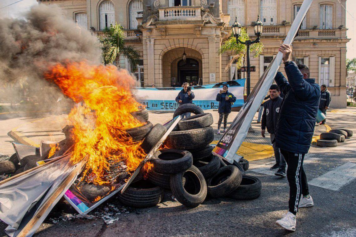 PASO 2019   Cambiemos denunció quema de carteles de campaña en Campana con la figura de María Eugenia Vidal y del intendente