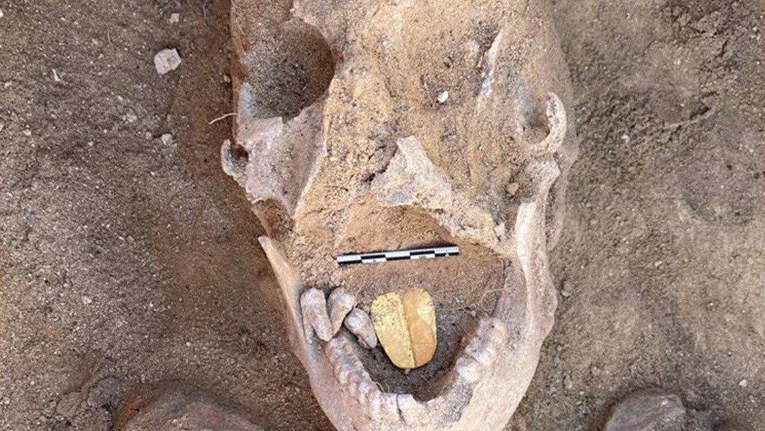 Egipto: momia con lengua de oro.
