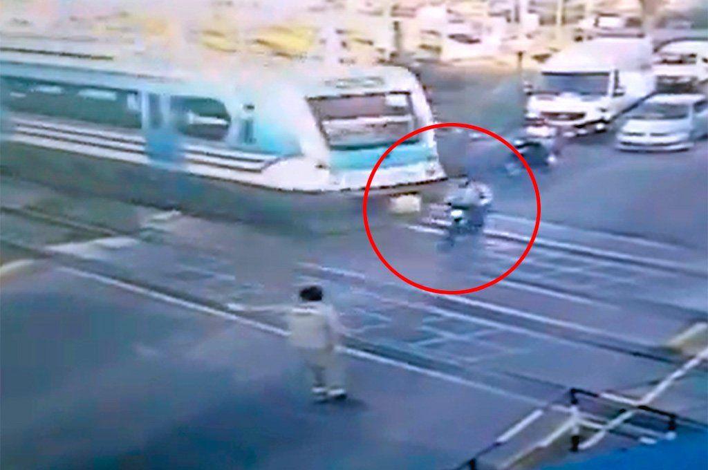 Haedo: un motociclista fue arrollado por el tren