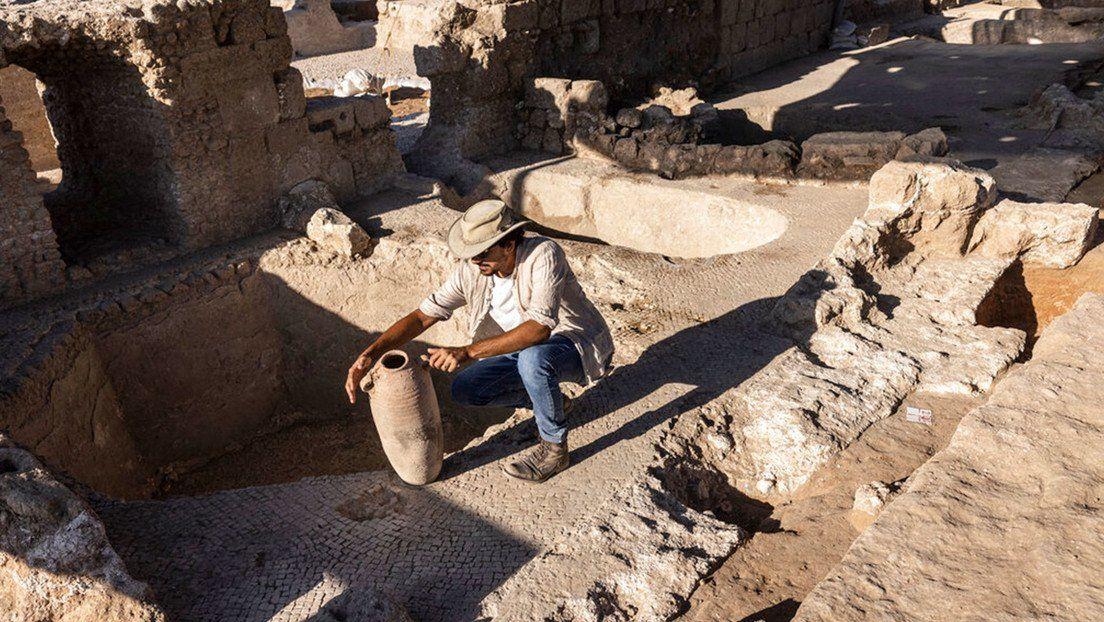 Un grupo de arqueólogos trabaja en el sitio descubierto en Yavné que supo ser un gigantesco centro de producción de vino