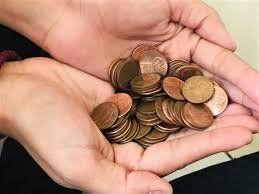 Le pagan con monedas sucias al reclamar su último sueldo