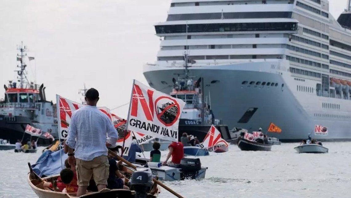 Los residentes de Venecia realizaron una protesta para exigir el fin de los cruceros que pasan por la ciudad.