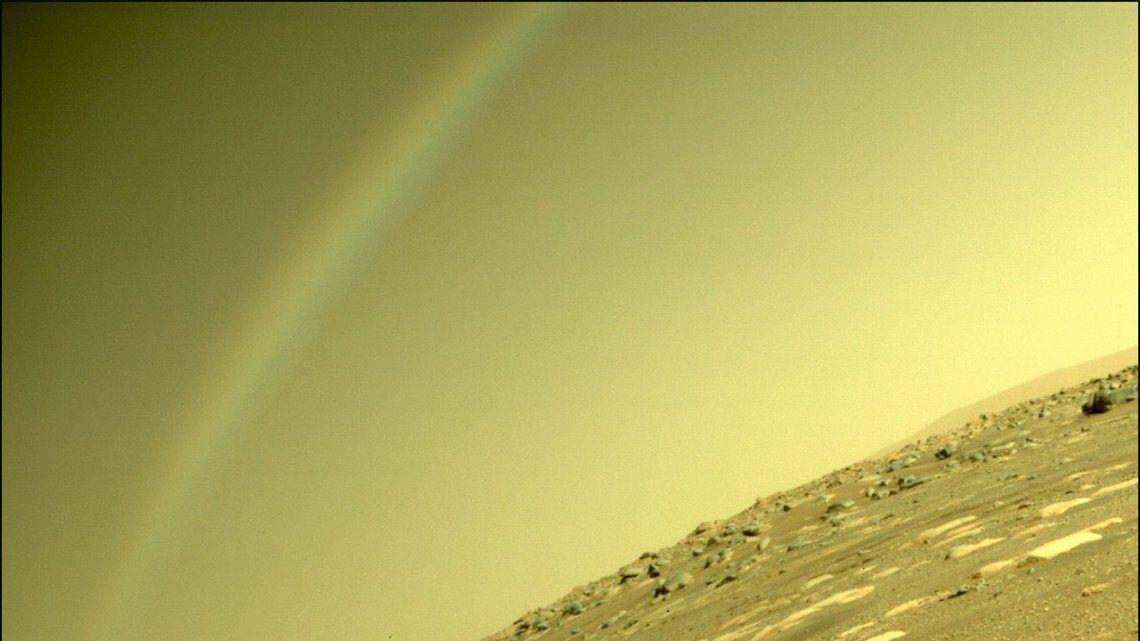Un arcoíris fue captado por el róver Perseverance en Marte.