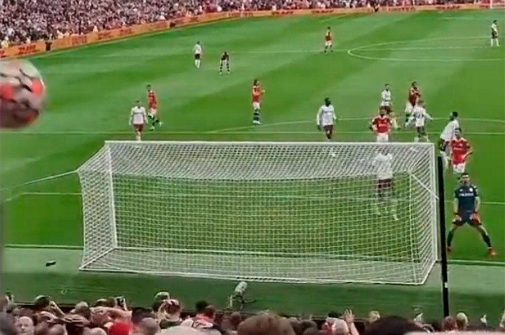 La pelota vuela desviada hacia la tribuna del United