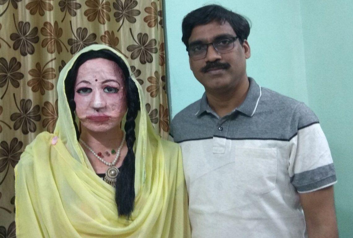 India: el profesor Patel junto al robto Shalu