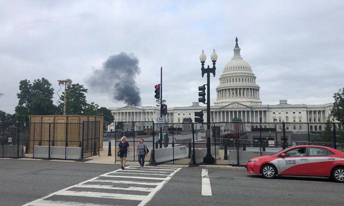 La nube de humo se ve desde el Capitolio.