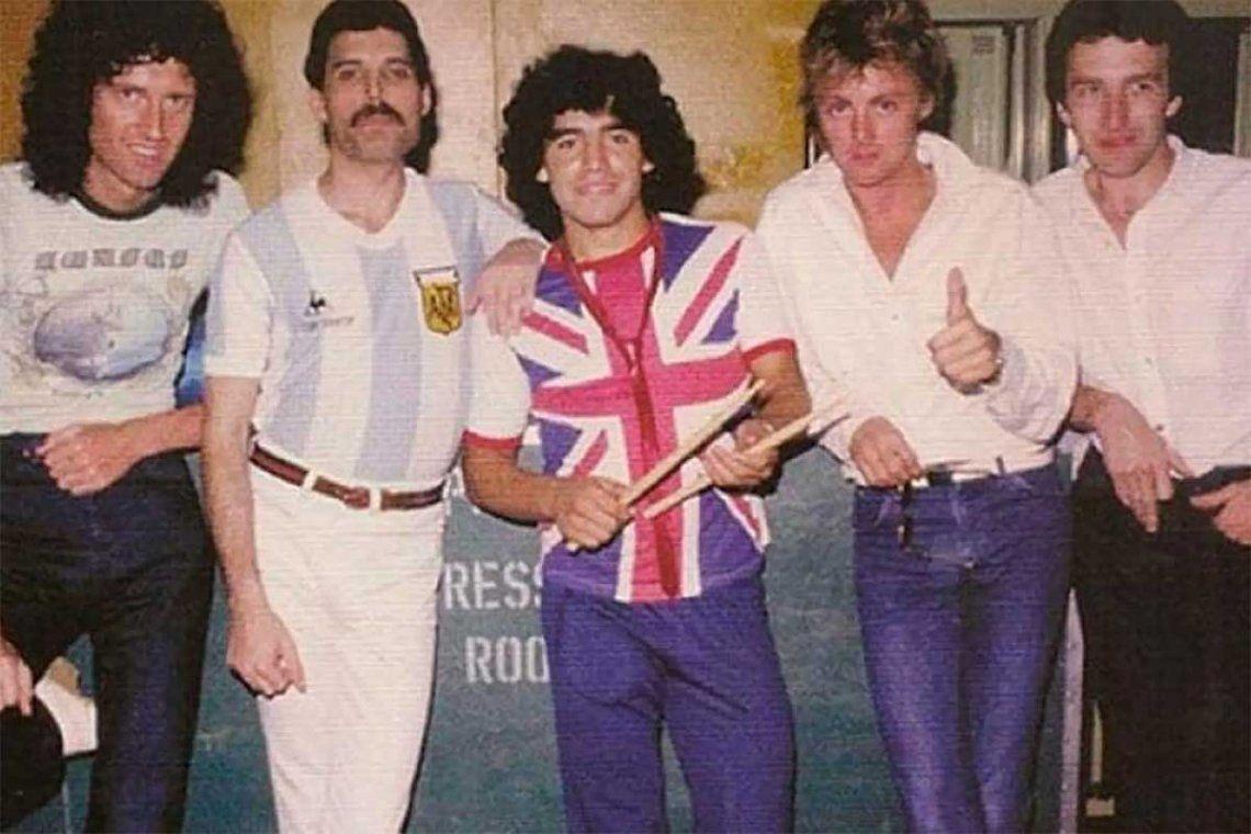 Queen visitó la Argentina hace 40 años y una de las más recordadas fotos es la que se tomaron junto a Maradona.