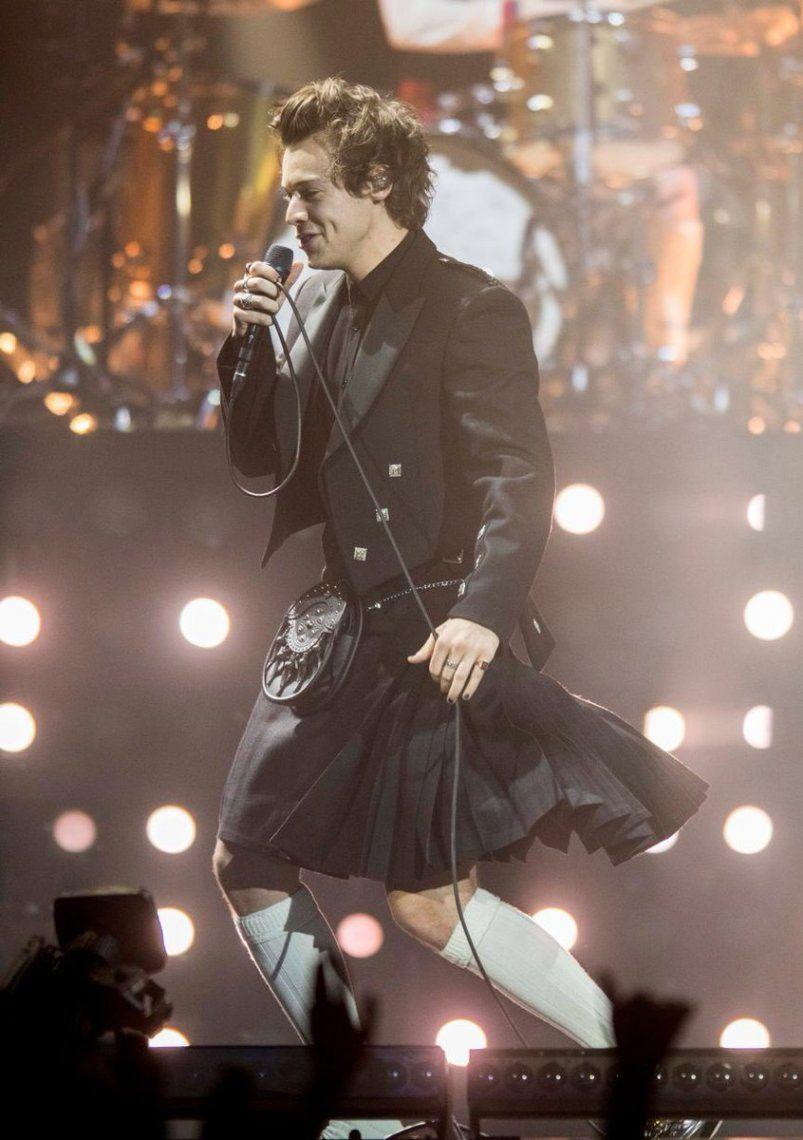 Moda: Harry Styles dando un show con pollera