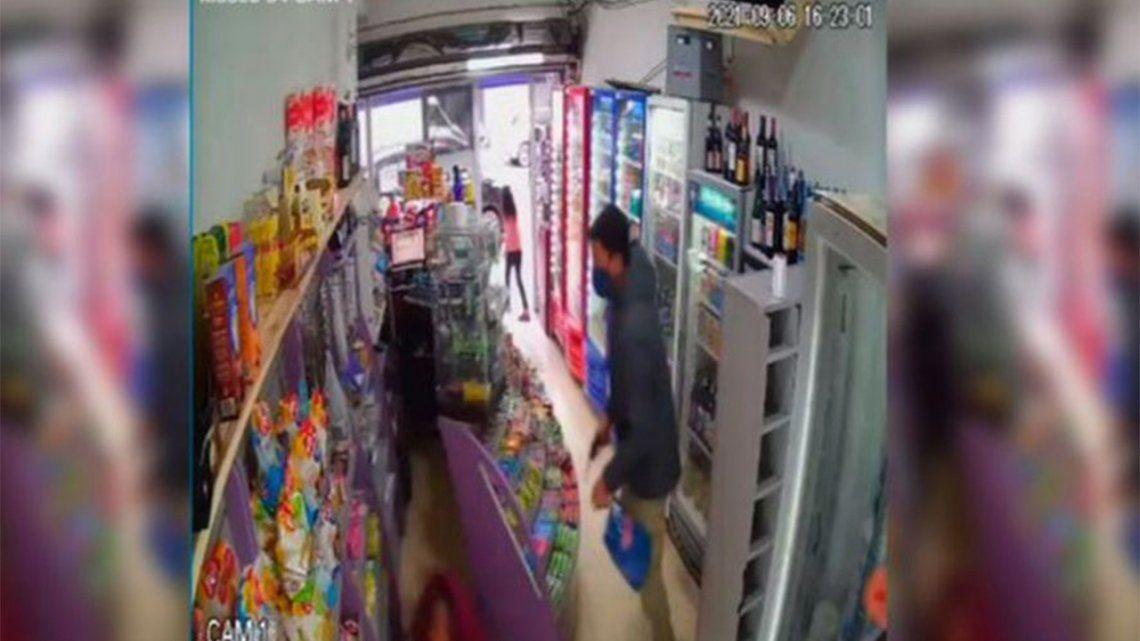 La Plata: un ladrón entró a un kiosco y le disparó a un empleado.