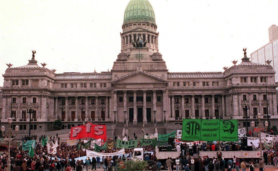 Los trabajadores bonaerenses llevan su reclamo a Vidal al centro de la Ciudad.