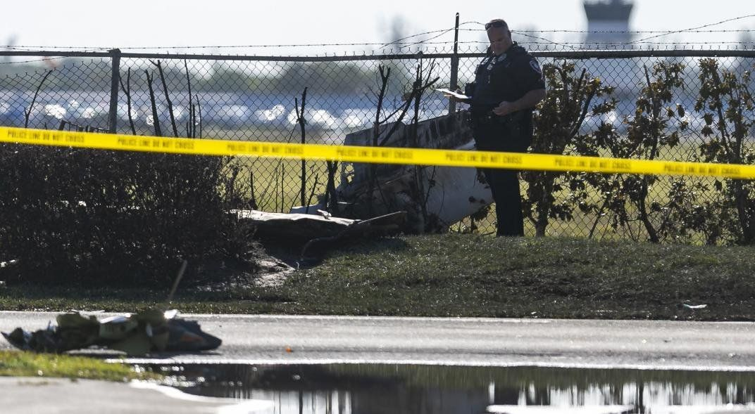 Avioneta cayó sobre camioneta en un fatal accidente.