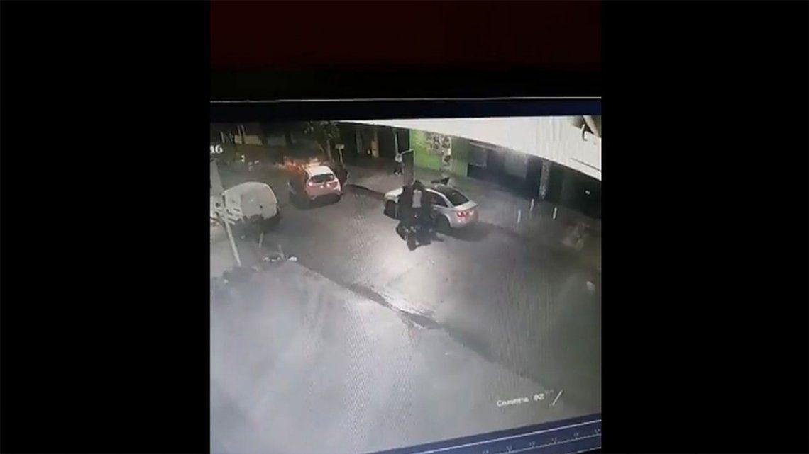 Lomas de Zamora: lo rodearon entre 5 y le robaron el auto.
