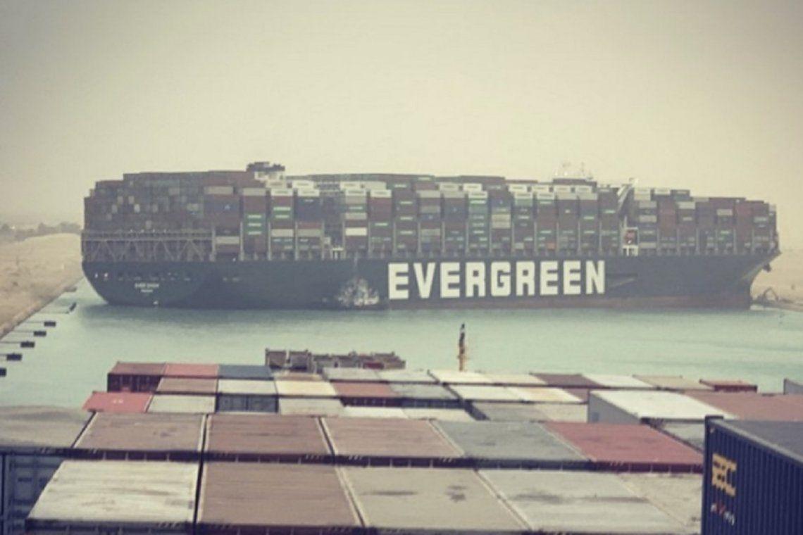 Una imagen compartida en Instagram muestra el encallamiento desde otro buque ubicado directamente detrás del Ever Given.