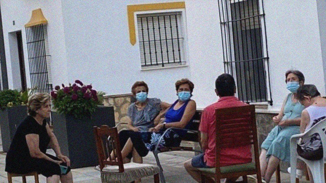 Vecinos reunidos en el municipio de Algar, en la provincia de Cádiz, España