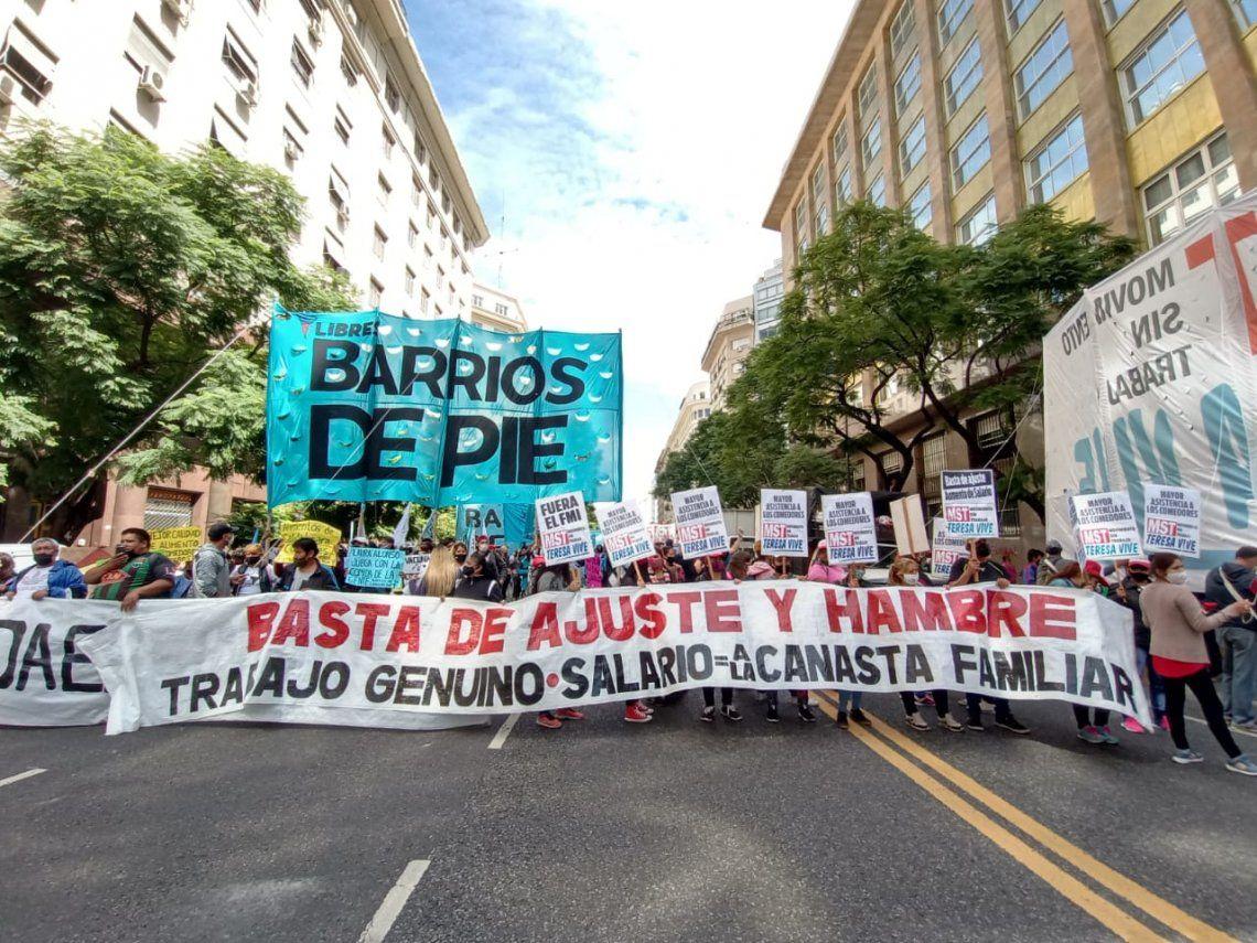 Organizaciones sociales marchan al Obleisco porteño en reclamo de asistencia a comedores.